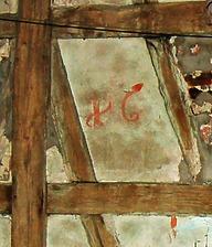 """Im 2. DG, an der Innenseite des Nordgiebels, findet sich sogar noch eine große, in ziegelroter Farbe verblasste """"16"""" in zeittypischer Schreibweise, die zugehörige """"10"""" auf einem benachbarten Fachwerkfeld ist leider mit dem dort abgefallen Putz  wohl schon lange verschwunden.    / Sog. Chanofsky-Schloss, heute Rathaus in 74243 Langenbrettach, Langenbeutingen (07.09.2010)"""