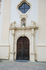 Kath. Pfarrkirche Ruhe Christi- Eingangsportal Detailansicht / Kath. Pfarrkirche Ruhe-Christi in 78628 Rottweil (Kath. Pfarrkirche Ruhe Christi- Nordostansicht)
