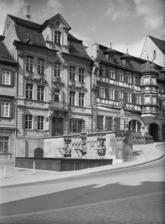 """""""Haus Finckh"""" (Am Markt 10), rechts der Gasthof Adler (um 1960) / Wohnhaus in 74523 Schwäbisch Hall (Bildindex Foto Marburg, Foto: Schmidt-Glassner, Helga; Aufnahme-Nr. 1.554.845;)"""