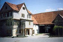 Südwestansicht 1993 mit Wohnhaus (links) und Scheune / Hofanlage in 73779 Deizisau