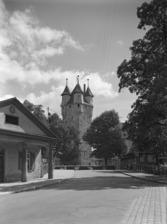 Fünfknopf- u. Knöpflesturm, Ansicht mit Torwachthäuschen in der Bahnhofstraße (1961) / Fünfknopfturm in 73525 Schwäbisch Gmünd (Bildindex: Foto Marburg, Foto: Schmidt-Glassner, Helga; Aufnahme-Nr. 1.554.646)