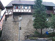 Ostansicht des Gebäudes mit Stadtmauer und Gerberbalkon / Fachwerkwohnhaus in 74670 Forchtenberg