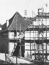 Staffelgiebelhaus während einer Sanierung - Quelle: www.bildindex.de / Staffelgiebelhaus in 79268 Bötzingen,  keine genauere Zuordnung