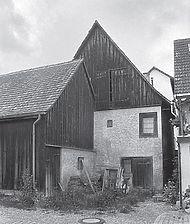 Ansicht SO, zu sehen ist das große Tor zum abgetieften EG-Keller und die Ladeluke im Giebel Quelle: Petra Wichmann, in: Denkmalpflege in Ba.-Wü. Nachrichtenblatt, 2, 2005, S. 65 Abb. 113 / Rebbauern-Fischerhaus in 78479 Reichenau, Mittelzell (01.09.2010)
