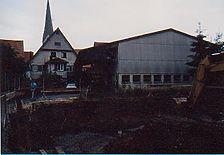 Gesamtansicht von Westen. Im Hintergrund Fachwerkgiebel in der Flucht der ehemaligen Stadtmauer. / Wohn- und Geschäftshaus, Burgstelle in 72631 Grötzingen