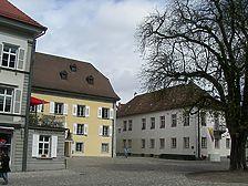 Konstanz, Münsterplatz 7 (links im Bild), 9 (mittiges gelbes Gebäude) und 11 (rechts im Bild). (Löbbecke 2008) / Ehemalige Domdekanei in 78462 Konstanz