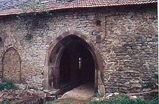 Große Spitzbogenöffnung zum Ostflügel. Direkt oberhalb der Öffnung Abgleich der Lagerfuge des Mauerwerks. / ehemaliges Kloster in 74706 Schlierstadt