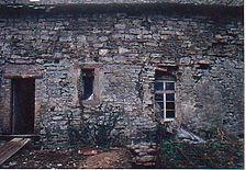 Ostwand Ostflügel (von Osten). Oberhalb und links von der kleinen Fensteröffnung Reste der ehemaligen Rüsthölzer. / ehemaliges Kloster in 74706 Schlierstadt