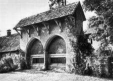 steinernes Sprechgitter, Klosterseite (www.bildindex.de) / Ehem. Klarissenkloster St. Cäcilia, Klostermauer mit Sprechgitter und ehem. Waschhaus in 72793 Pfullingen