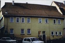 Südfassade (Zinkbrunnenstraße); links die auskrakende Westfassade zur Höhbergstraße / Eckgebäude (Wohnhaus) in 70327 Stuttgart-Wangen (17.11.2008)