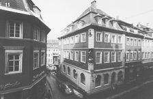 Südecke des Gebäudes mit Muttergottesfigur (1971) / Café Scheu, Wohn- und Geschäftshaus in 69117 Heidelberg-Altstadt (Bildindex: LAD Baden-Württemberg, Außenstelle Karlsruhe, Microfiche-Scan mi05669e11)