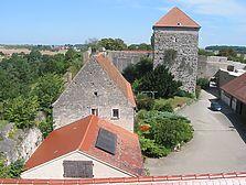 Ansicht der Burganlage von Westen (2009). Das Wohnhaus mit bruchsteinsichtigem Westgiebel. / Wohnhaus in 97993 Creglingen, Brauneck