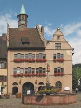 Staufen Rathaus, Aufnahme vor der Renovierung / Rathaus in 79219 Staufen, Staufen im Breisgau (10.06.2005 - http://de.wikipedia.org, abgerufen am 25.10.2010, Rolf Süssbrich, 2005)
