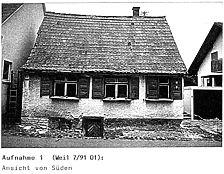 Ansicht Süd (in situ)_Anfang 1990er Jahre / Tagelöhnerhaus aus Weidenstetten in 89197 Weidenstetten (Restaurierungsbericht von Lutz Walter (1992) (Anhang II, Aufnahme 1))
