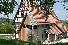 Haupthaus aus Aichelau im FLM Beuren; Blick auf die ehem. Ostseite mit den nun restaurierten Annexbauten / Annexbauten am Haupthaus (Hofanlage Aichelau) in 72539 Aichelau (http://www.freilichtmuseum-beuren.de/museum/rundgang/bauernhaus-aus-aichelau/)