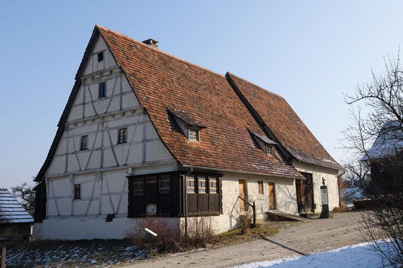 Dosterhaus wohnstallhaus mit scheuer aus beuren for Fachwerk bildung