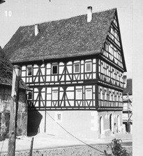 """Ehem. Badhaus (Aufnahme nach 1965) / Ehem. Badherberge; sog. Haus """"zum Großen Christoffel"""" in 73035 Jebenhausen (21.01.1965 - Bildindex Foto Marburg: LAD Baden-Württemberg, Stuttgart, Microfiche-Scan mi05397f10)"""