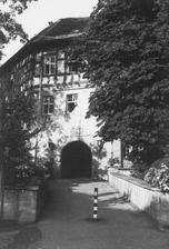 Eingangsseite, Blick über die Schlossbrücke (1960/70) / Ehem. Schloss, jetzt Rathaus in 74343 Großsachsenheim (LAD BW/Stuttgart, Microfiche-Scan mi08906b02)